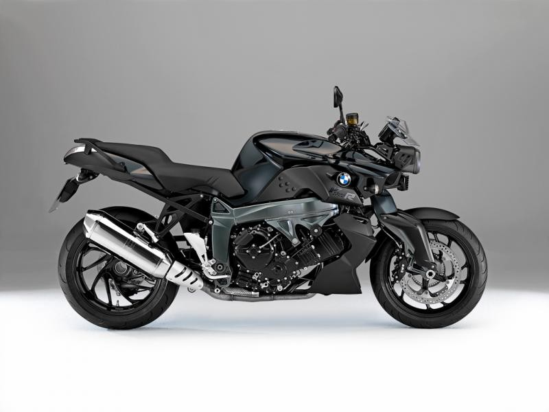 Черный мотоцикл BMW F800 R вид сбоку