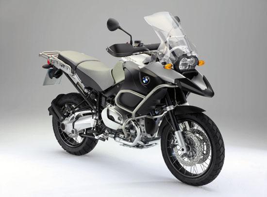 Серебристый мотоцикл BMW R1200 GS Adventure вид спереди