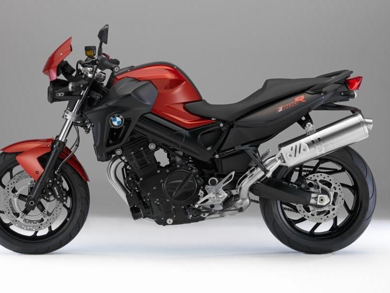 Красный мотоцикл BMW F800 R вид сбоку