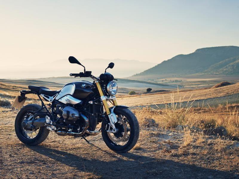 Серебристый мотоцикл BMW R nineT