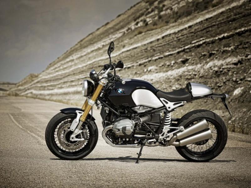 Серебристый мотоцикл BMW R nineT вид сбоку
