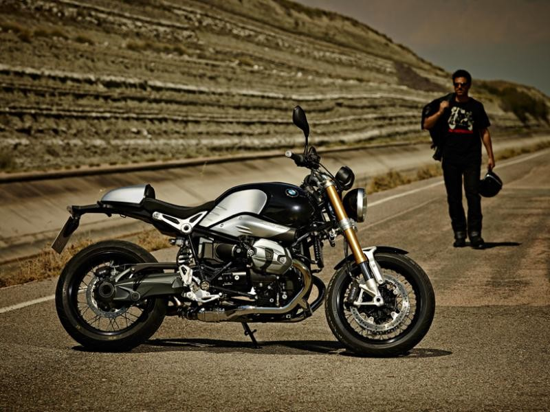 Черно-стильный мотоцикл BMW R nineT вид сбоку