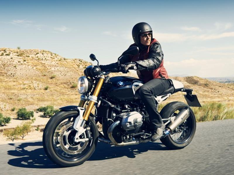 Практичный мотоцикл BMW R nineT вид сбоку