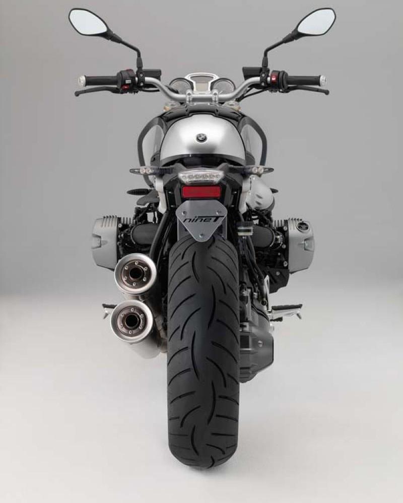 Серебристый BMW R nineT, вид сзади