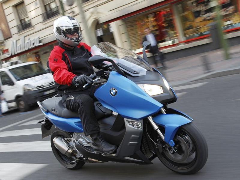 Синий скутер BMW C600 Sport на трассе