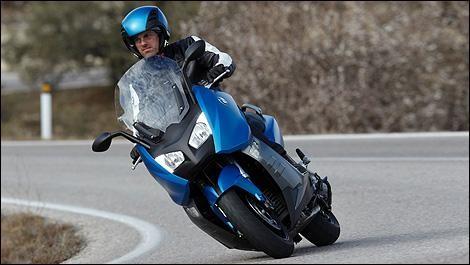 Синий BMW C600 Sport вид спереди