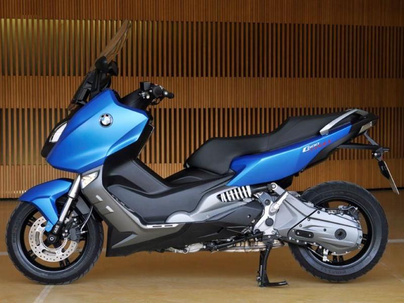 Синий скутер BMW C600 Sport вид сбоку