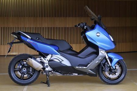 Синий скутер BMW C600 Sport, вид сбоку