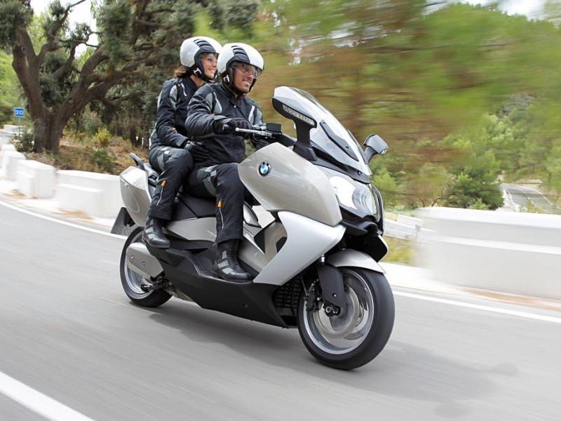 Серебристый скутер BMW C650 GT