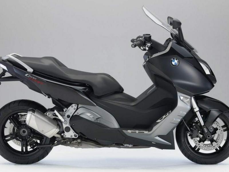 Черный скутер BMW C600 Sport вид сбоку