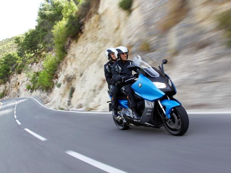 Синий мотоцикл BMW C600 Sport на трассе
