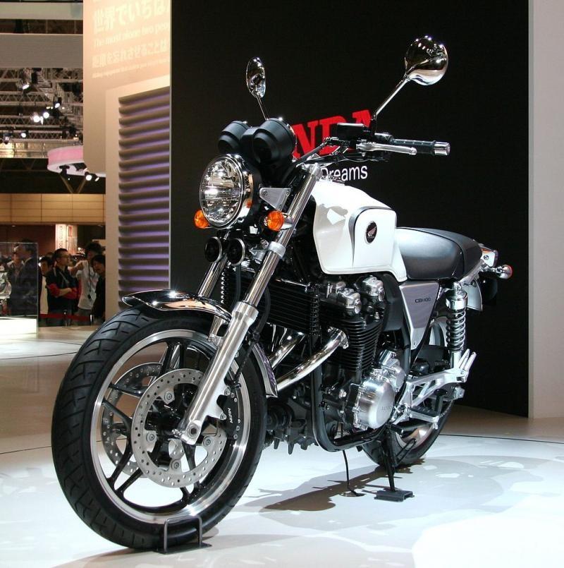Белый мотоцикл Honda CB1100 вид спереди