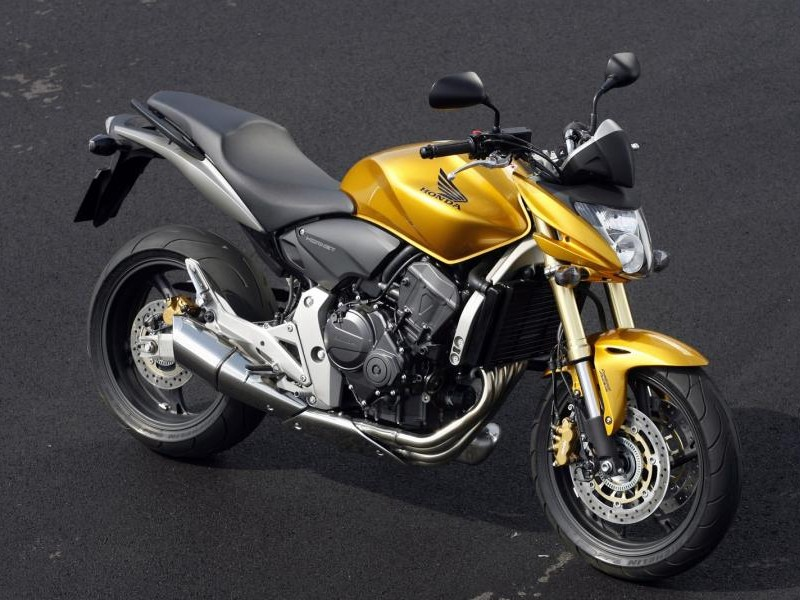 Серебристый мотоцикл Honda CB600FA Hornet