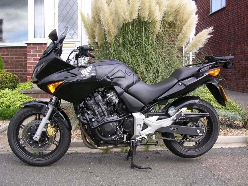 Черный мотоцикл Honda CBF600SA вид сбоку