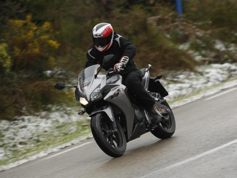 Серебристый мотоцикл Honda CBR500R
