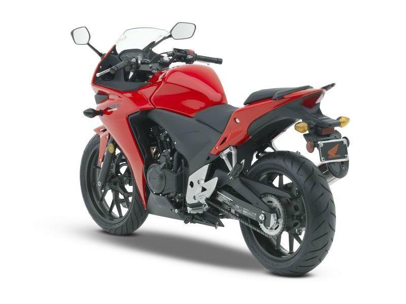 Красный Honda CBR500R, вид сзади