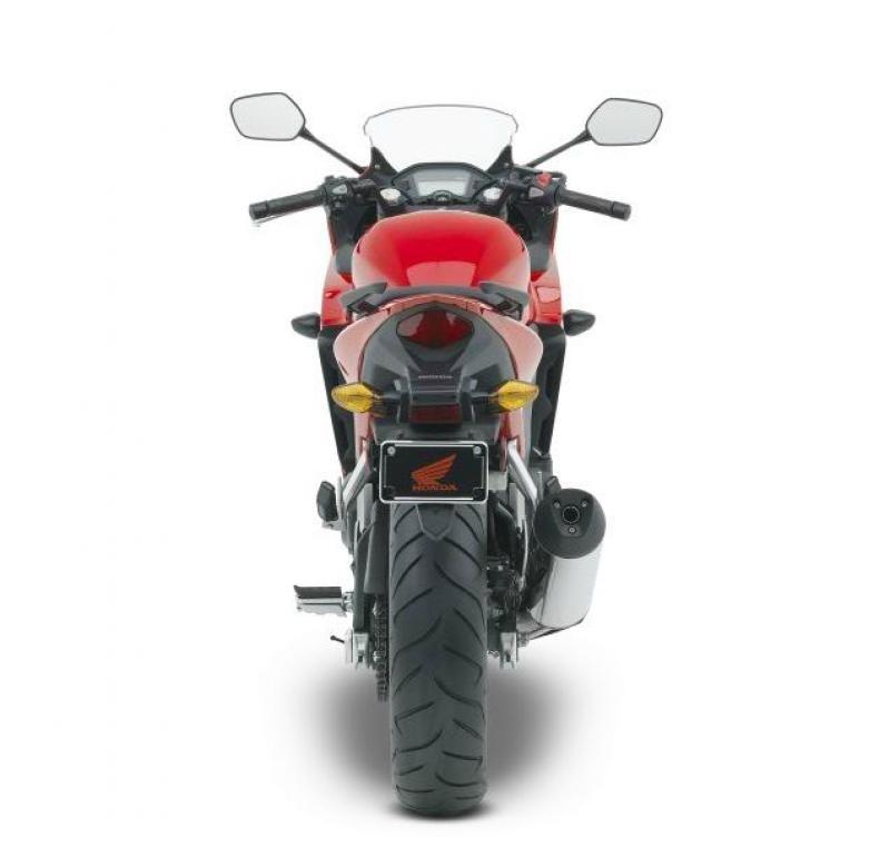 Красный мотоцикл Honda CBR500R, вид сзади