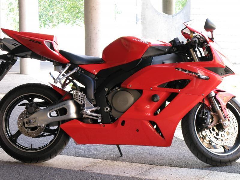 Красный Honda CBR1000RR Fireblade вид сбоку