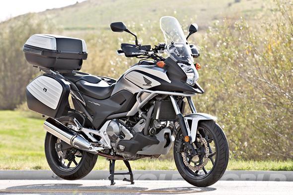 Серебристый Honda NC700 XD мотоцикл