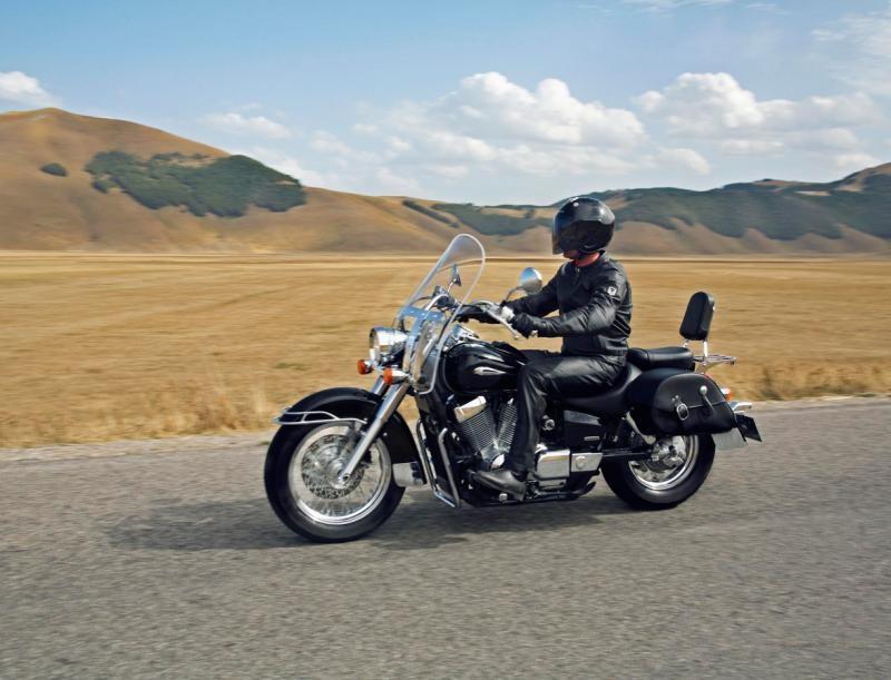 Черный Honda Shadow 750 Black Spirit вид сбоку