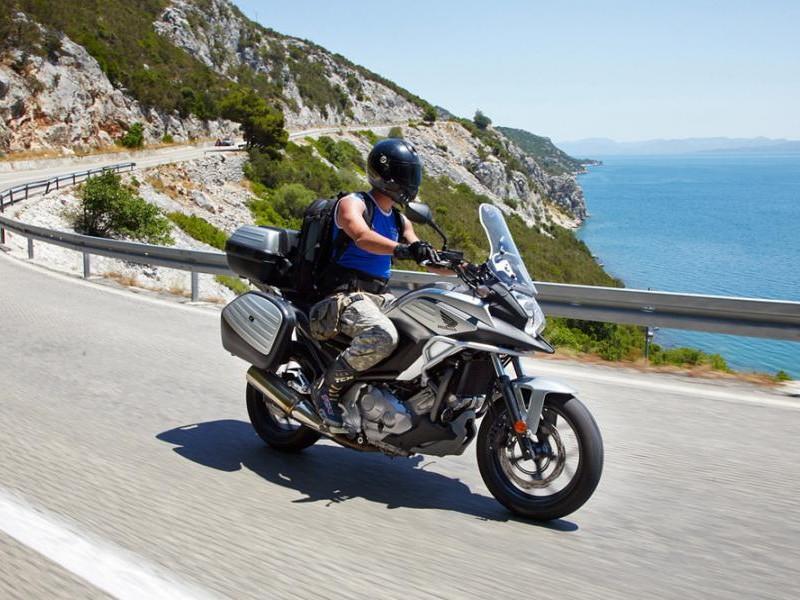 Серебристый мотоцикл Honda NC700 XD