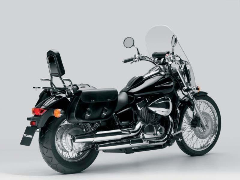 Черный Honda Shadow 750 Black Spirit вид сзади