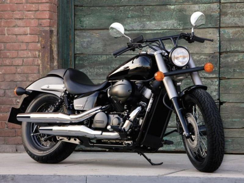 Черный мотоцикл Honda Shadow 750 Black Spirit вид спереди