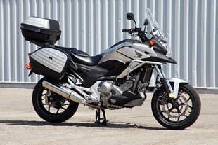 Серебристый Honda NC700 XD вид сбоку