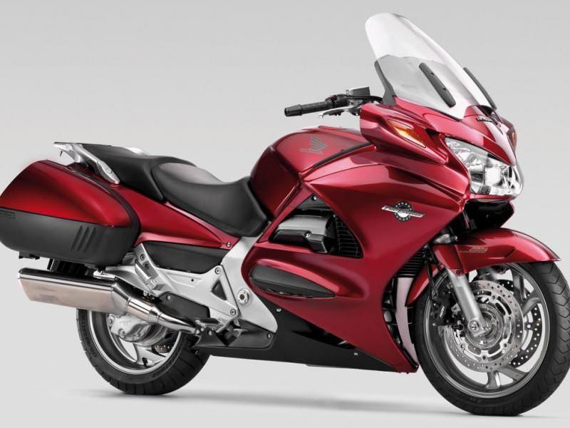 Красный мотоцикл Honda ST1300A Pan-European