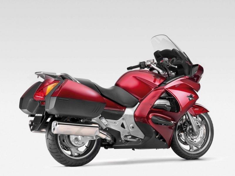 Красный Honda ST1300A Pan-European, вид сбоку