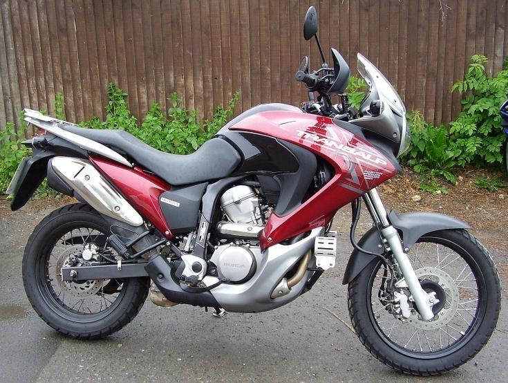 Красный мотоцикл Honda XL700VA Transalp