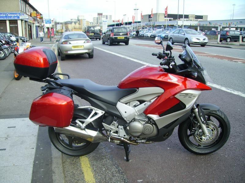 Красный мотоцикл Honda VFR800X Crossrunner вид сбоку