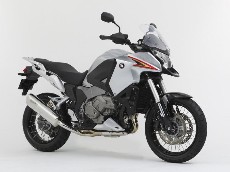 Серебристый мотоцикл Honda VFR1200 XD