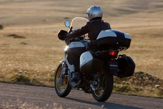 Мотоцикл Honda XL700VA Transalp вид сзади