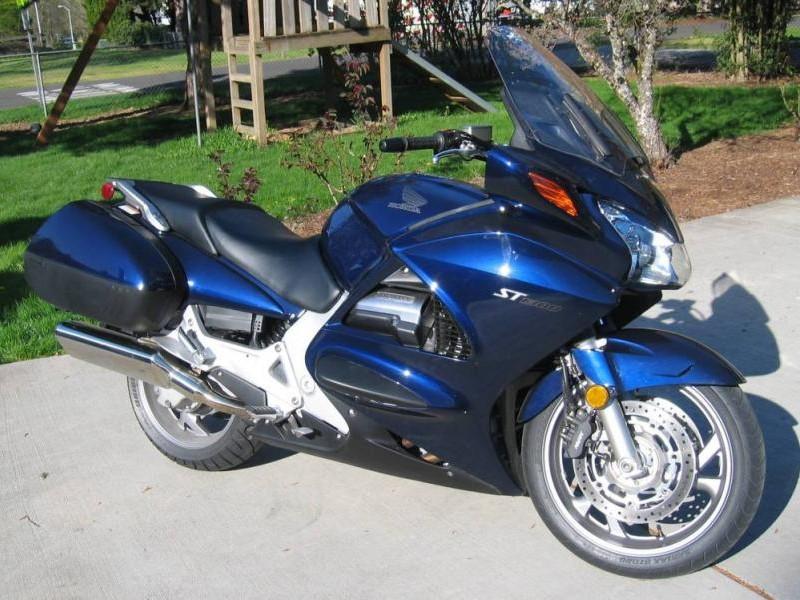 Синий мотоцикл Honda ST1300A Pan-European