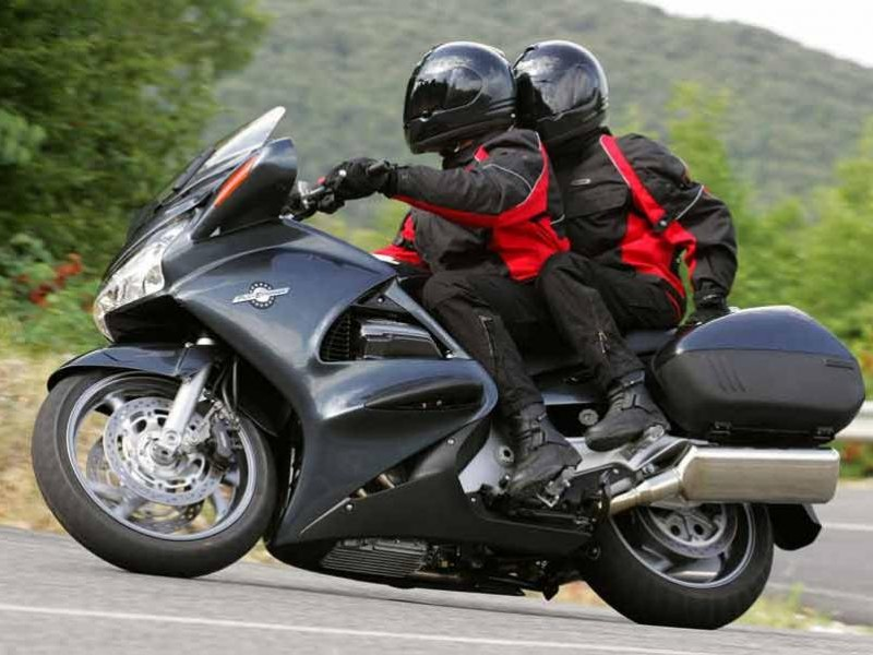 Черный мотоцикл Honda ST1300A Pan-European вид сбоку