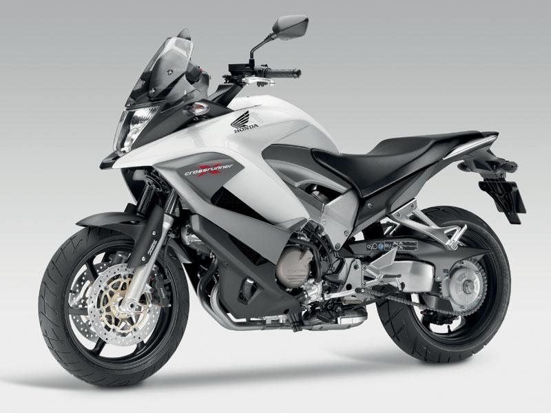 Серебристый мотоцикл Honda VFR800X Crossrunner