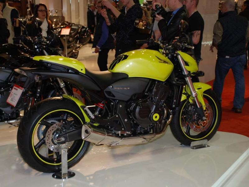 Серебристый мотоцикл Honda CB600FA Hornet, вид сбоку