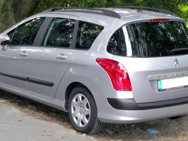 Серебристый Peugeot 308 SW вид сзади