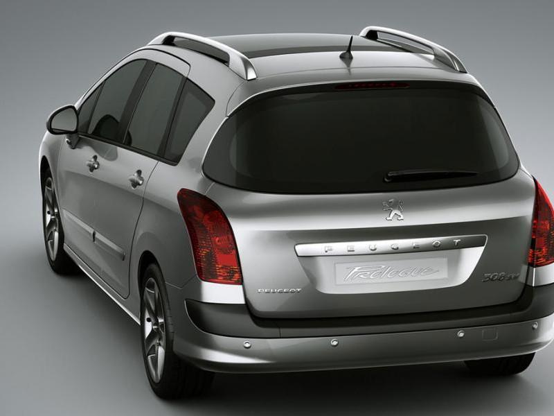 Серебристый Peugeot 308 SW, вид сзади