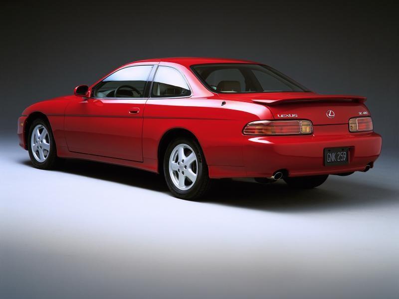 Красный купе Lexus SC400 вид сзади