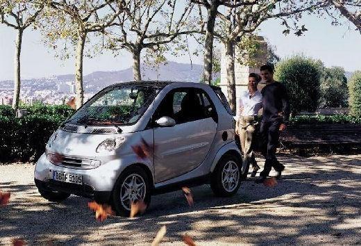 Smart Smart возле деревьев