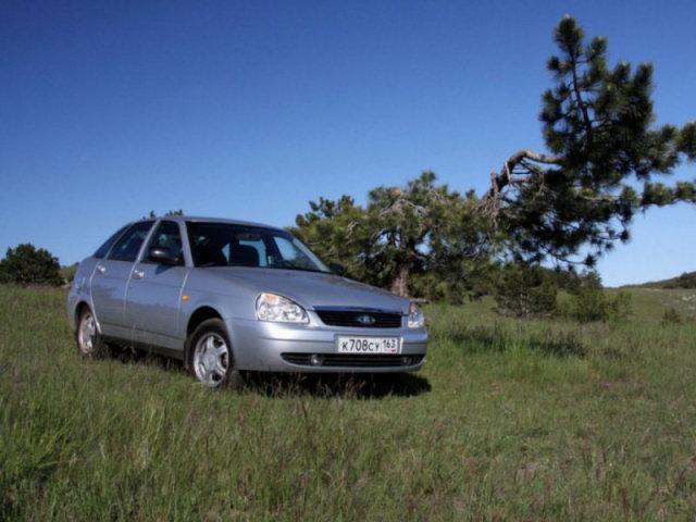 Лада Приора hatchback цвета металлик на природе