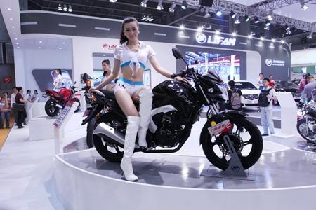 Черный мотоцикл Lifan LF150-10b вид сбоку