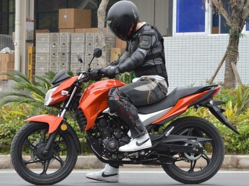 Красный мотоцикл Lifan LF150-10b вид сбоку