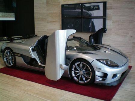 Серебристый Koenigsegg CCXR, вид сбоку