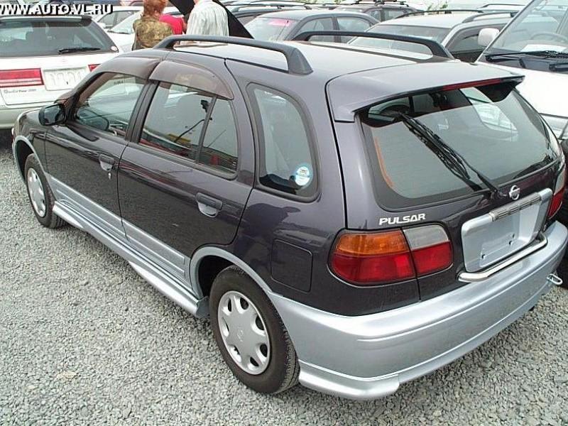 Черный Nissan Serie S-RV: вид сзади слева