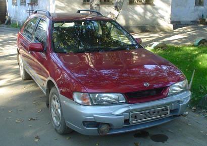 Бардовый Nissan Serie S-RV: вид спереди справа
