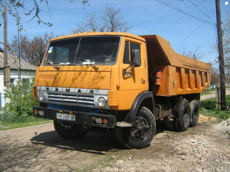 Оранжевый самосвал КАМАЗ 5511 вид спереди