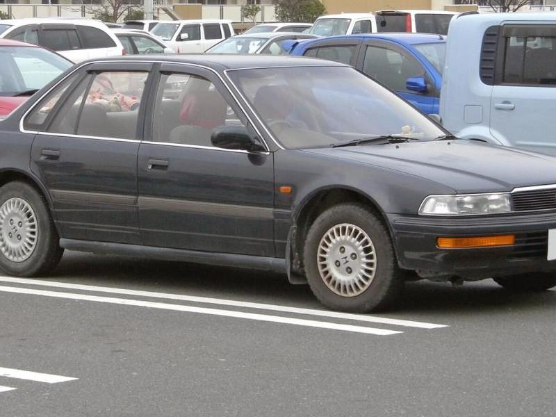 Седан Honda Ascot вид сбоку